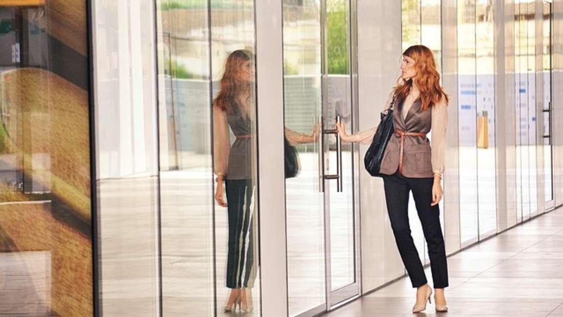 Aussehen: Schöne Menschen haben es bekanntlich leichter. Dass das auch fürs Gehalt gilt, zeigt eine Studie vom Luxemburger Institut für Sozialforschung. Die ForscherinEva Sierminska fand hier heraus, dassschöne Frauen rund 20 Prozent mehr verdienen als der Durchschnitt.