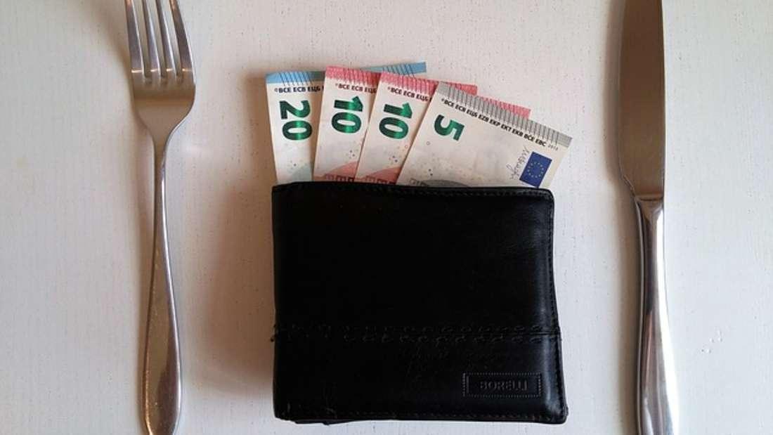 Wer nur mit Karte zahlt, verliert irgendwann den Überblick über seine Finanzen. Am Ende des Monats wundert man sich dann, wieso so viel Geld vom Konto abgebucht wurde. Gewöhnen Sie sich an, vor allem Kleinstbeträge mitBargeld zu zahlen. Dadurch achten Sie mehr aufs Geld undsparen so schon mal bis zu 100 Euro im Monat.