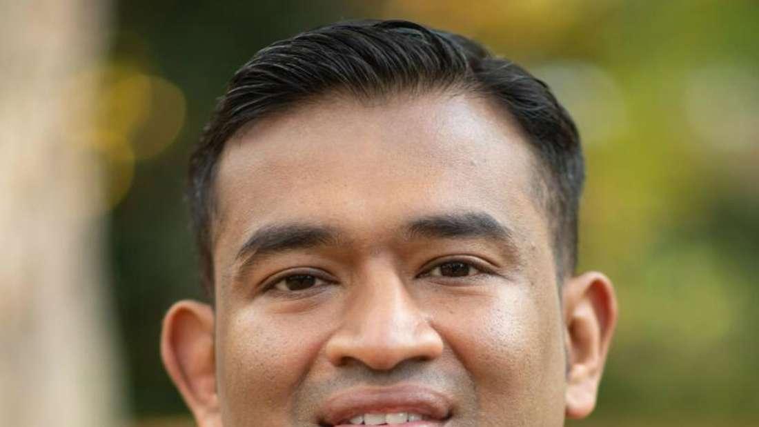 Pfarrer Regamy Thillainatha blickt in die Kamera und trägt er das Kollar.