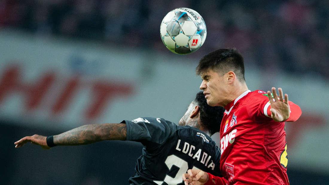 Der Fußballspieler Jorge Meré vom 1. FC Köln gewinnt ein Kopfballduell gegen seinen Gegenspieler.