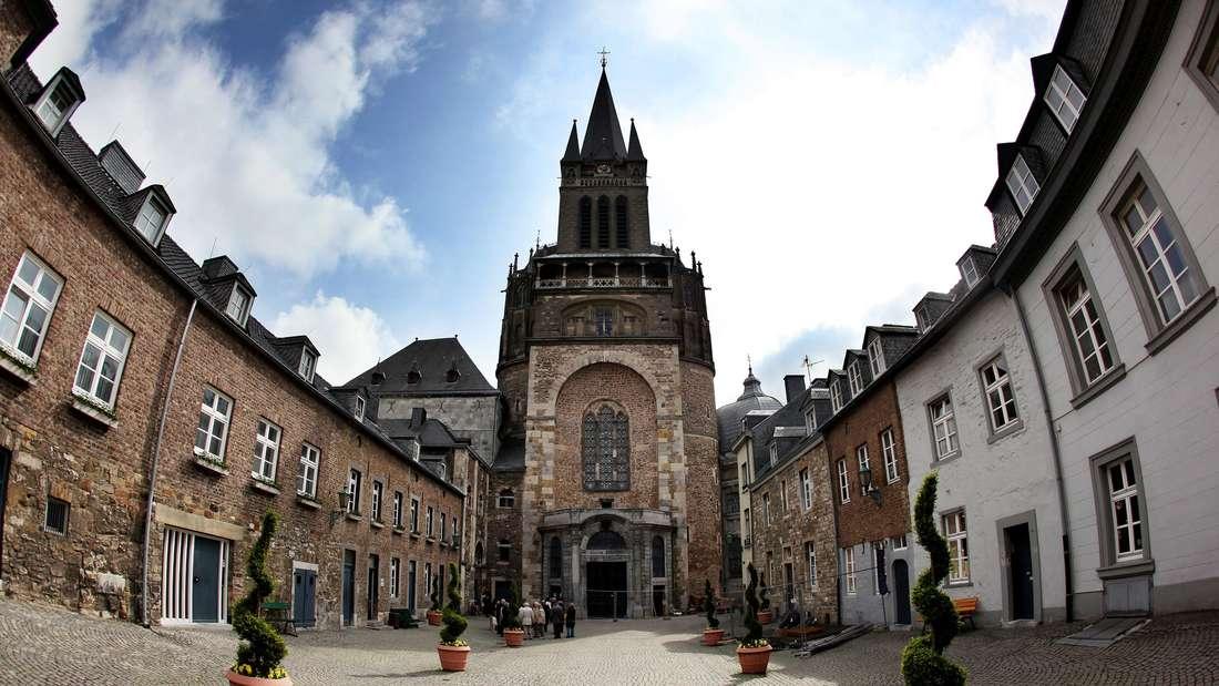 Der Hof vor dem Haupteingang zum Kaiserdom in der Aachener Innenstadt