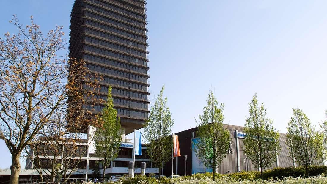 Das Gebäudes des Deutschlandradios und des Deutschlandfunks in Köln, im Vorgrund Bäume