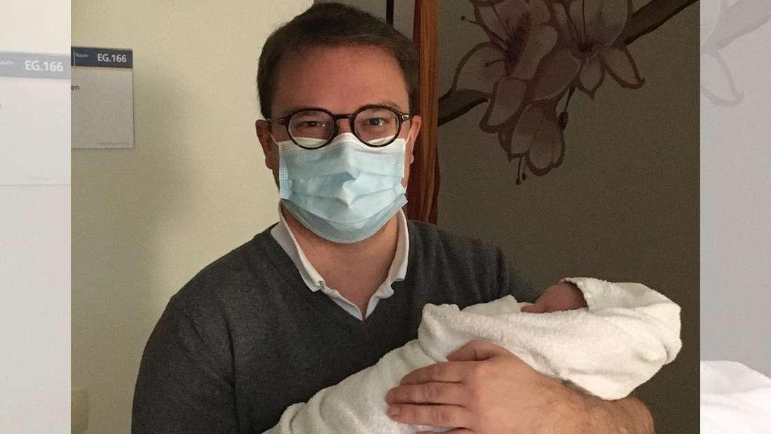 Dr. Björn Braun hält seinen kleinen Sohn Jonathan in den Armen.