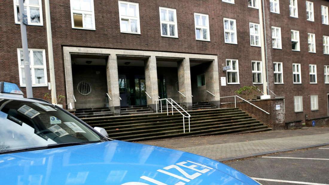 Ein Streifenwagen parkt vor einem Gebäude.