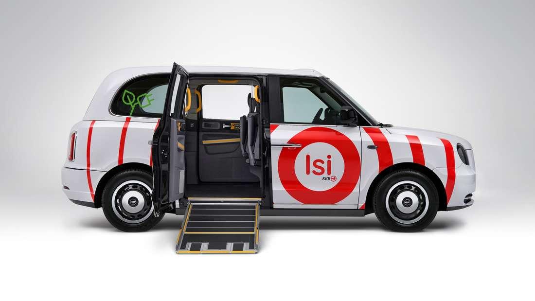 """Kleinbus """"Isi"""" (KVB) mit ausgefahrener Rampe für Rollstühle und offener Tür von der Seite"""