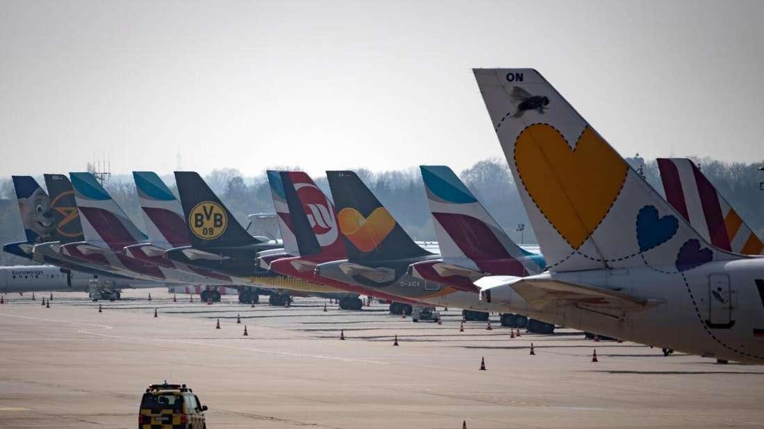 Flugzeuge der Lufthansa, Germanwings und Eurowings sind auf dem Vorfeld des Flughafens in Düsseldorf abgestellt.