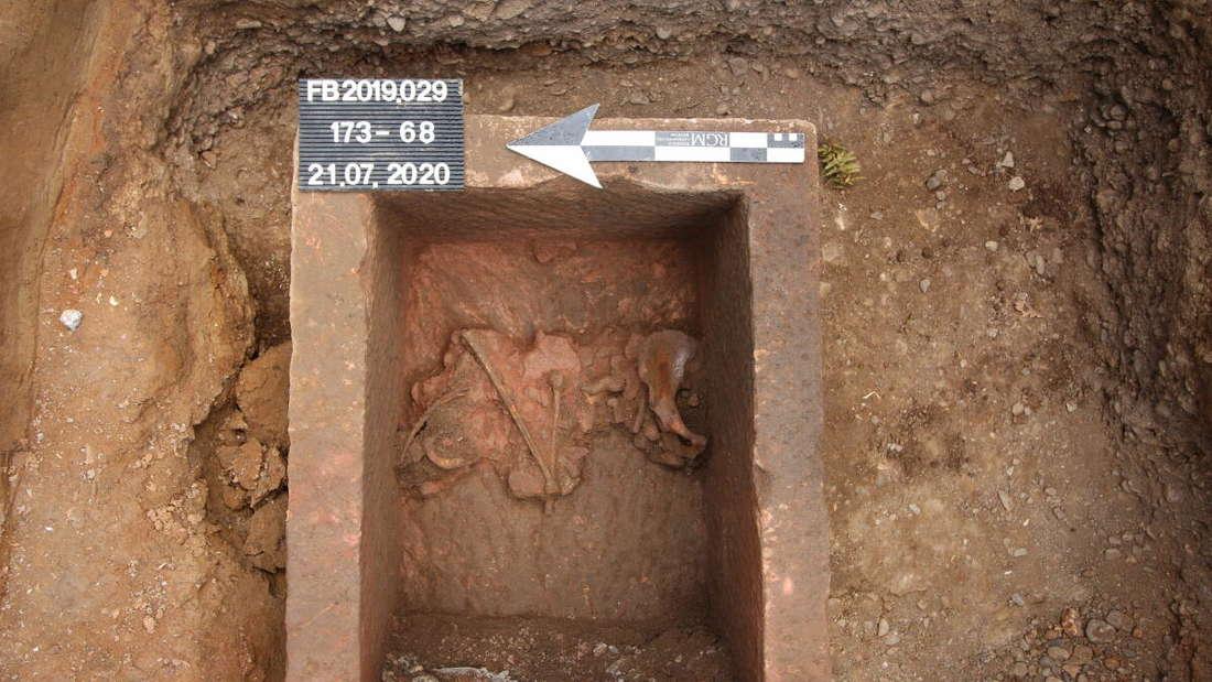 Ein freigelegter altrömischer Sarkophag mit verworfenen Gebeinen.