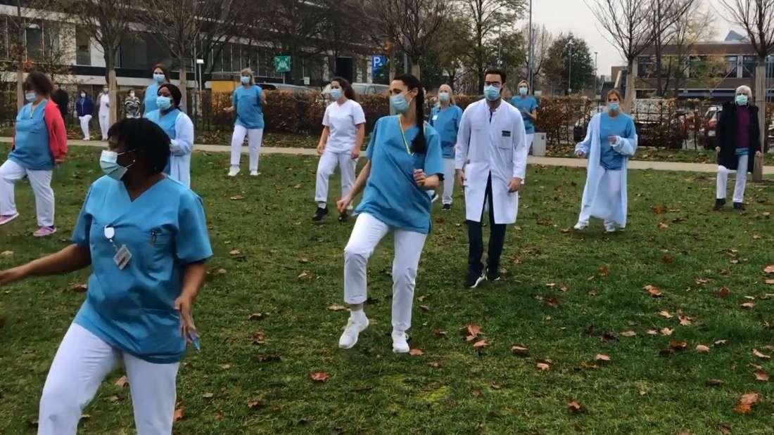 Mitarbeiter der Uni-Klinik Düsseldorf tanzen zum Song Jerusalema.