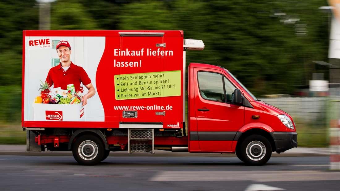 Ein Lieferwagen von Rewe Online fährt am auf einer Straße