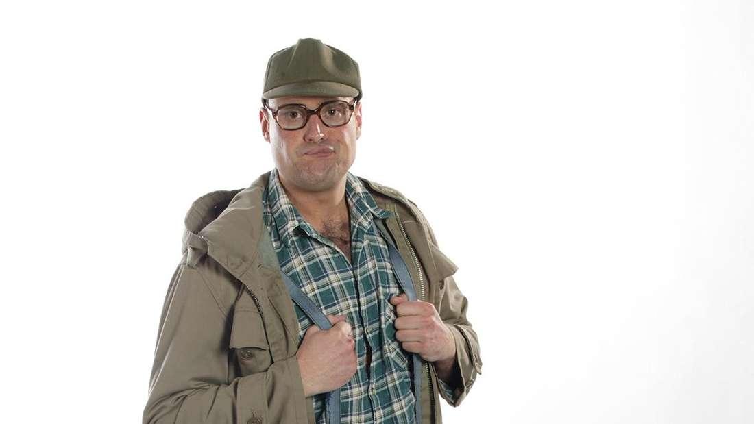 Der Karnevalist Hastenraths Will in seinem Bühnenlook mit Gummistiefeln und Panzerglasbrille.