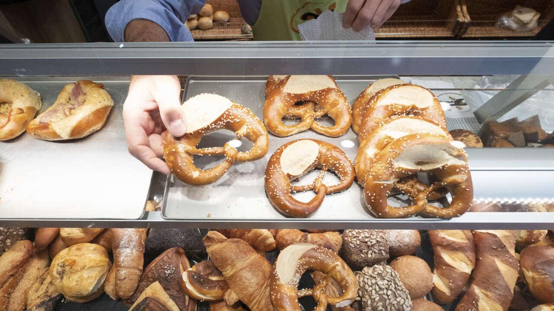 Backwaren liegen hinter der Glasscheibe einer Bäckerei.