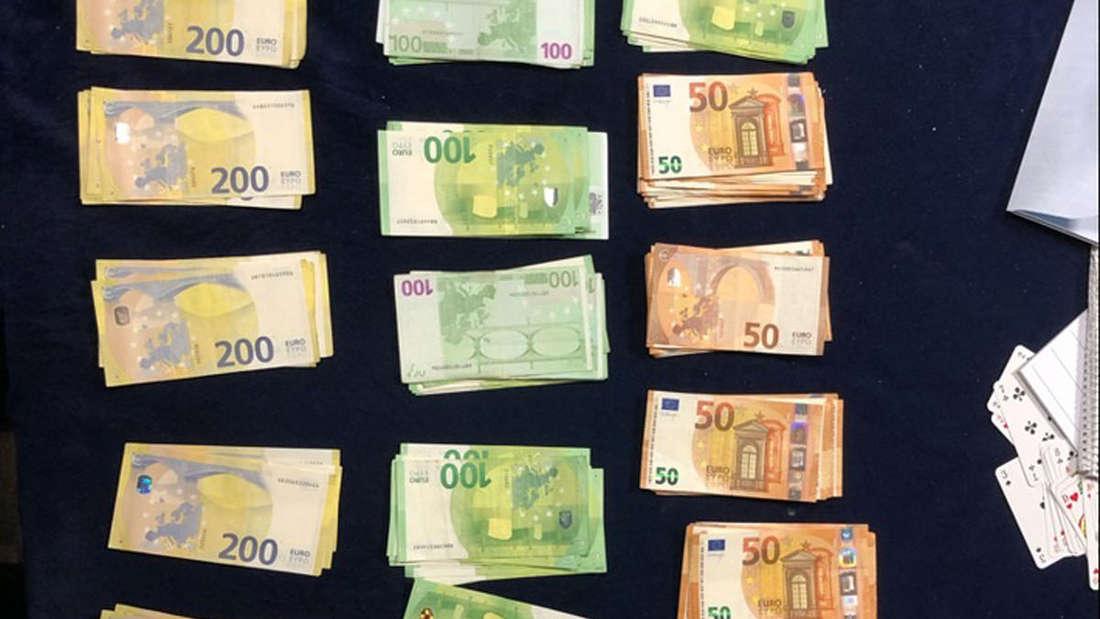 Das sichergestellte Bargeld liegt aufgereiht auf einem Tisch.