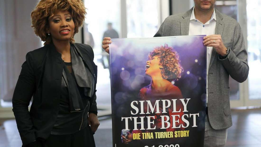 """Geschäftsführer der Konzertagentur Cofo Entertainment GmbH & Co.KG, und Dorothea """"Coco"""" Fletcher, Darstellerin der Sängerin Tina Turner, kommen mit Plakat in das Landgericht."""