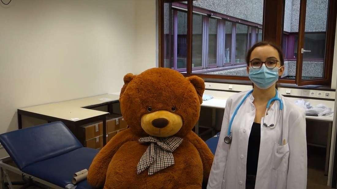 Ein großer Teddybär neben einer Medizinstudentin im Uniklinikum Düsseldorf