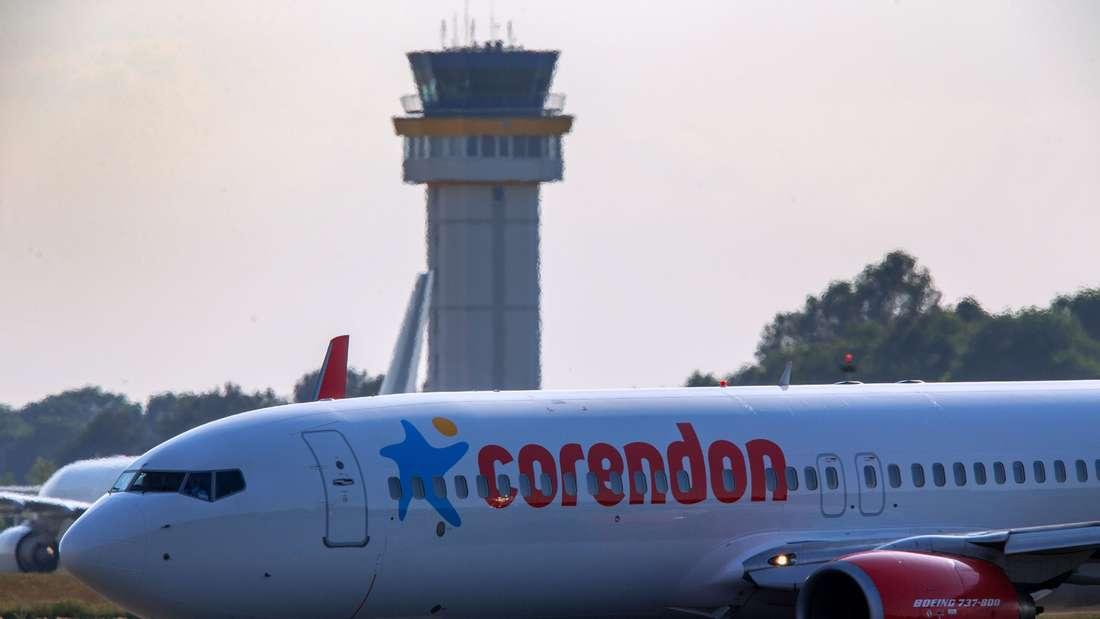 Eine Boeing 737-800 der türkischen Corendon Airlines rollt am 06.06.2015 zur Startbahn des Baltic-Airport in Parchim