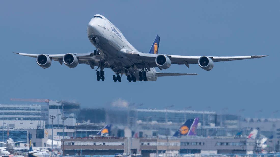 Vor einem dunklen Himmel startet eine Boeing 747 der Lufthansa vom Frankfurter Flughafen