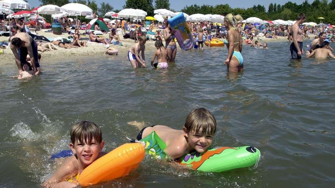 Kinder spielen mit Plastiktieren im Otto Maigler See in Hürth