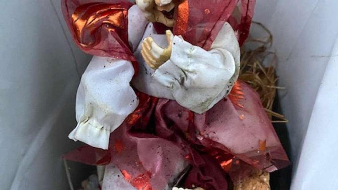 Eine kaputte Puppe mit rotem Kleidchen