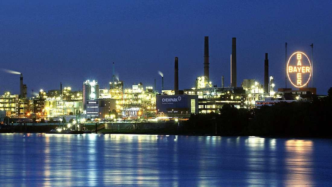 Der Bayer-Konzern bei Nacht vom Rhein aus fotografiert