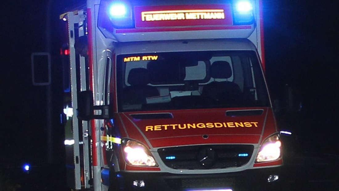Ein Rettungswagen mit Blaulicht fährt einen Jungen ins Krankenhaus.