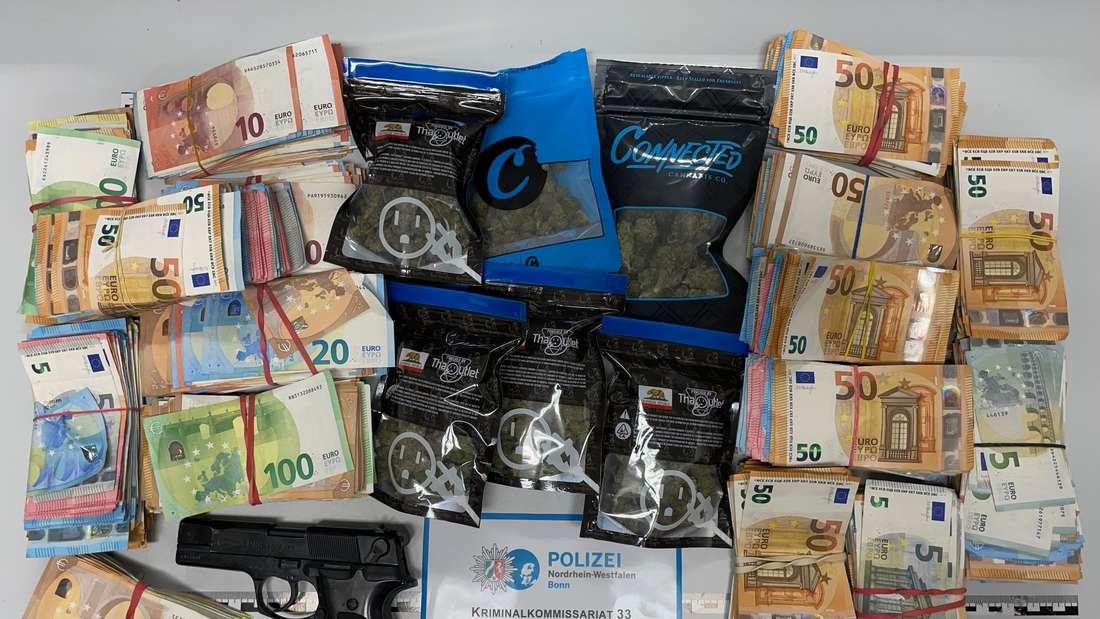 Die Polizei stellte Beweismittel, wie rund 90.000 Euro Bargeld, Betäubungsmittel und eine Schreckschusswaffe, sicher.