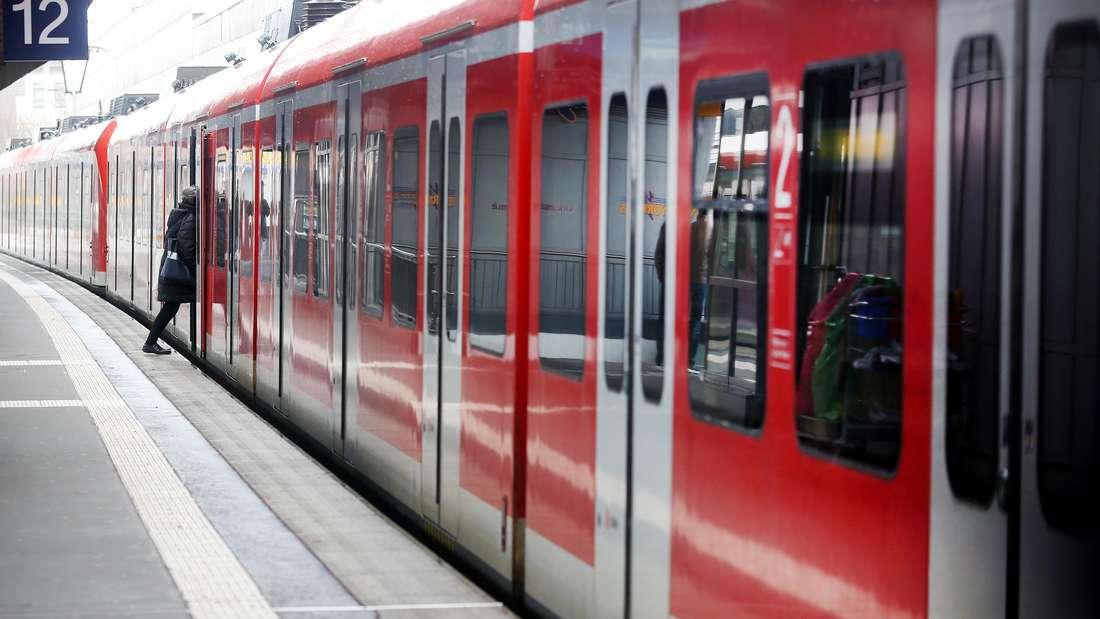 Ein Fahrgast steigt im Essener Hauptbahnhof in eine S-Bahn ein