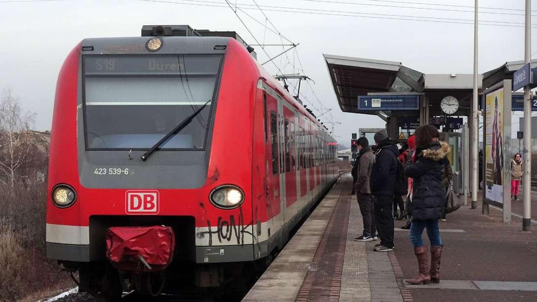 S-Bahn der Linie 19 faehrt im Bahnhof Frankfurter Strasse ein