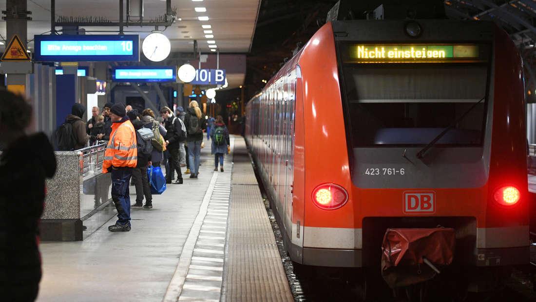 Köln: Eine leere S-Bahn steht auf einem Gleis im Hauptbahnhof