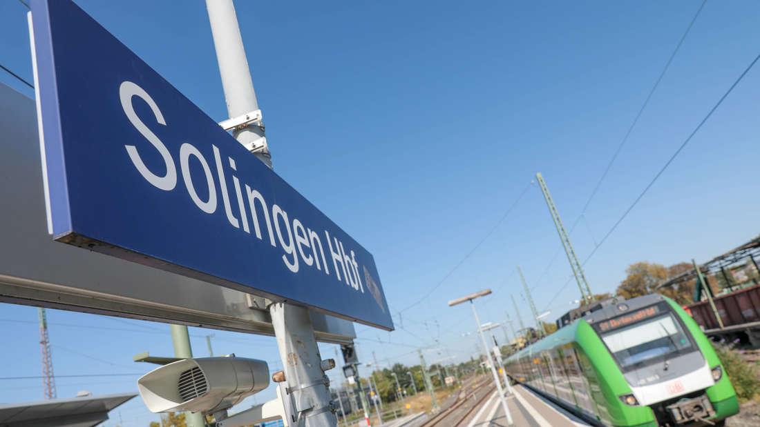Solingen Hauptbahnhof Einfahrende S-Bahn auf Gleis 9, fährt anschließend zurück nach Dortmund Solingen