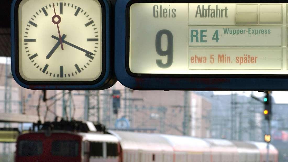 """Eine Anzeigetafel weist im Düsseldorfer Hauptbahnhof auf die verspätete Ankunft des Regionalzuges """"Wupper-Express"""" hin"""