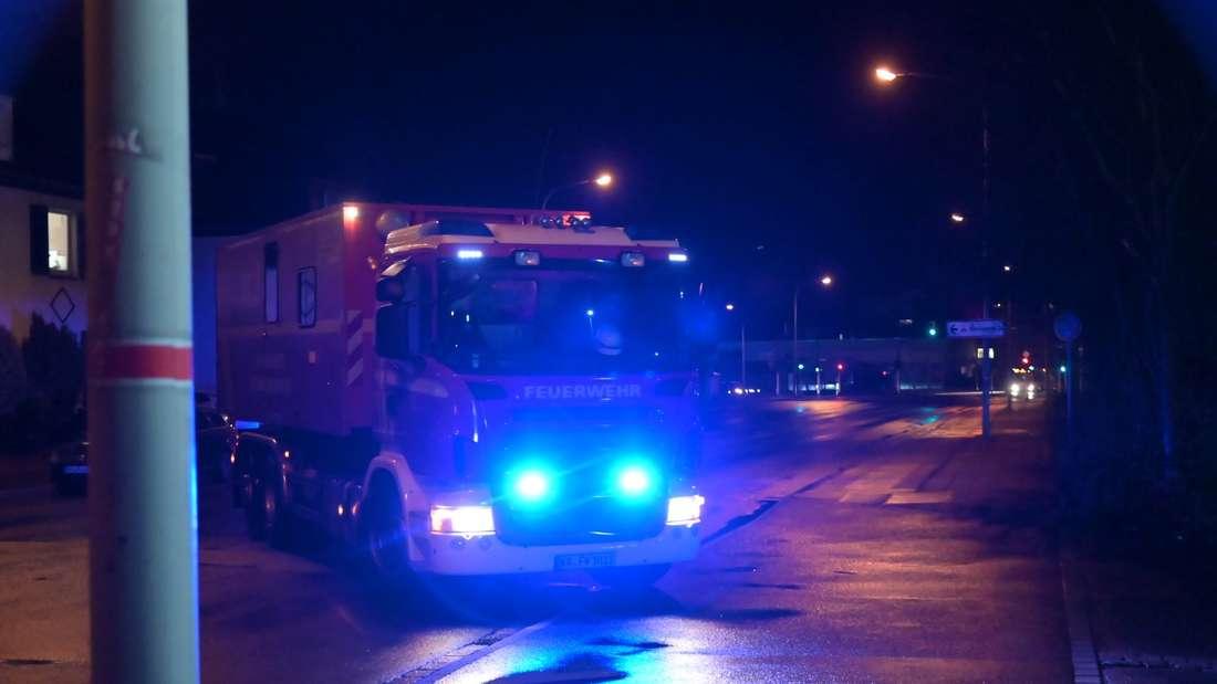 Ein Fahrzeug der Feuerwehr steht in der Zufahrt zu der Gießerei in Krefeld.