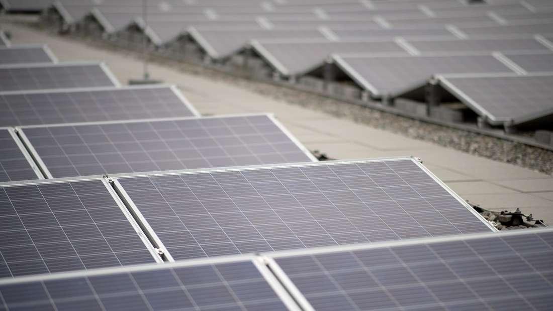 Fest installierte Solaranlagen auf einem Dach.