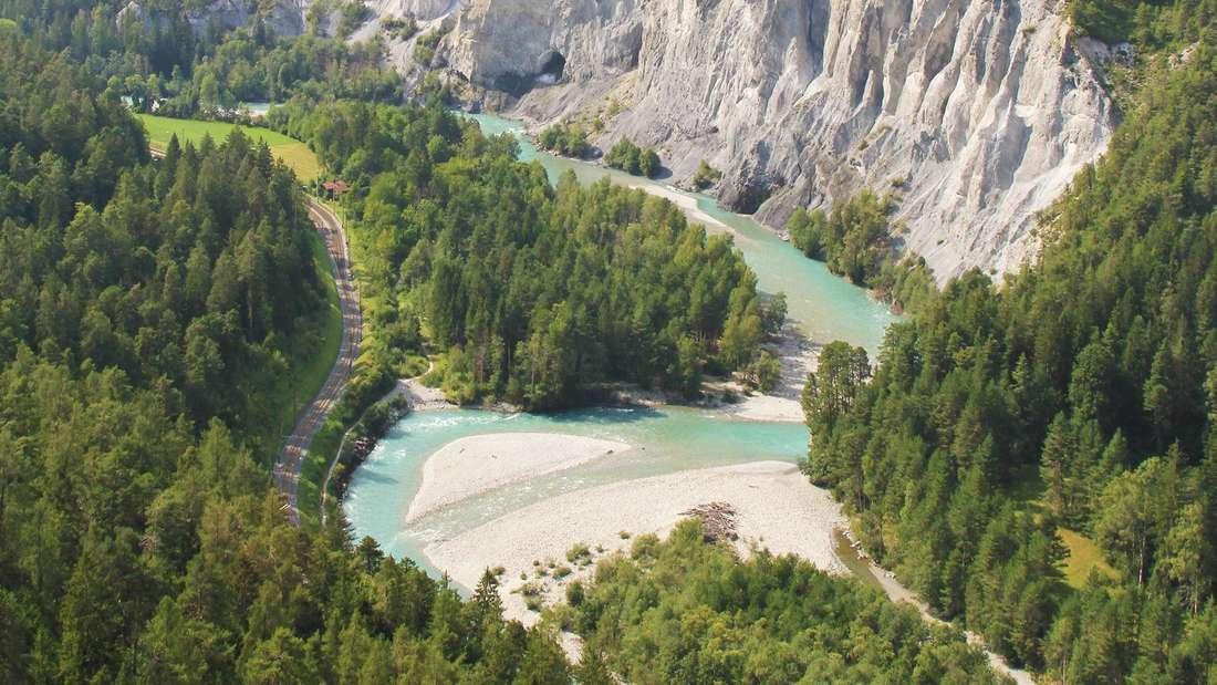 Wild und ungestüm wirken die Kalksteinwände in der Rheinschlucht