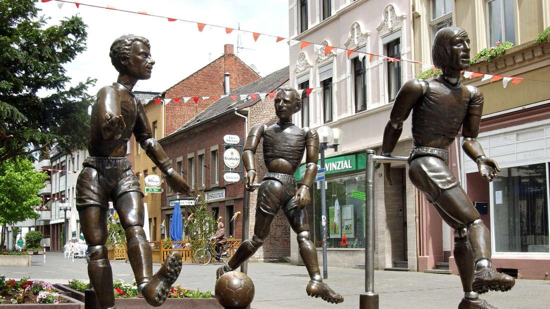 """Die Bronze-Figuren """"Jahrhundertelf"""" mit den ehemaligen Fußballspielern von Borussia Möchengladbach , Herbert """"Hacki"""" Wimmer (l-r), Berti Vogts und Günter Netzer in Möchengladbach-Eicken"""