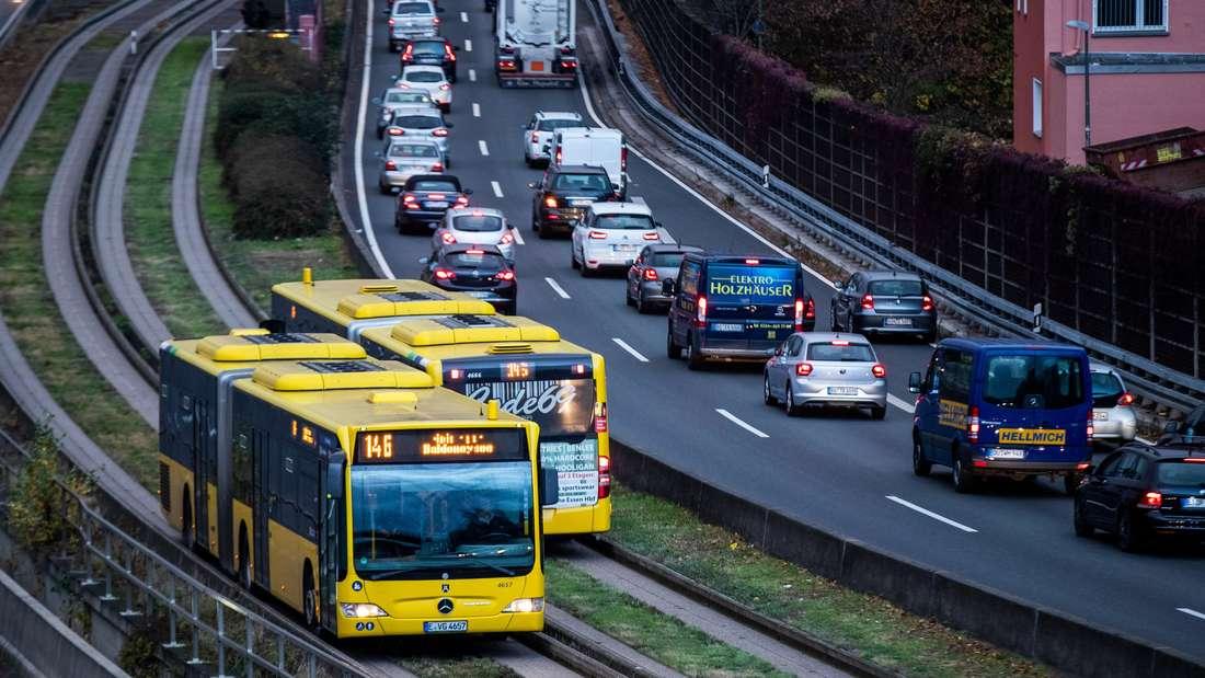 Gelbe Busse auf Busspuren im Verkehrsverbund Rhein-Ruhr, daneben Autobahn