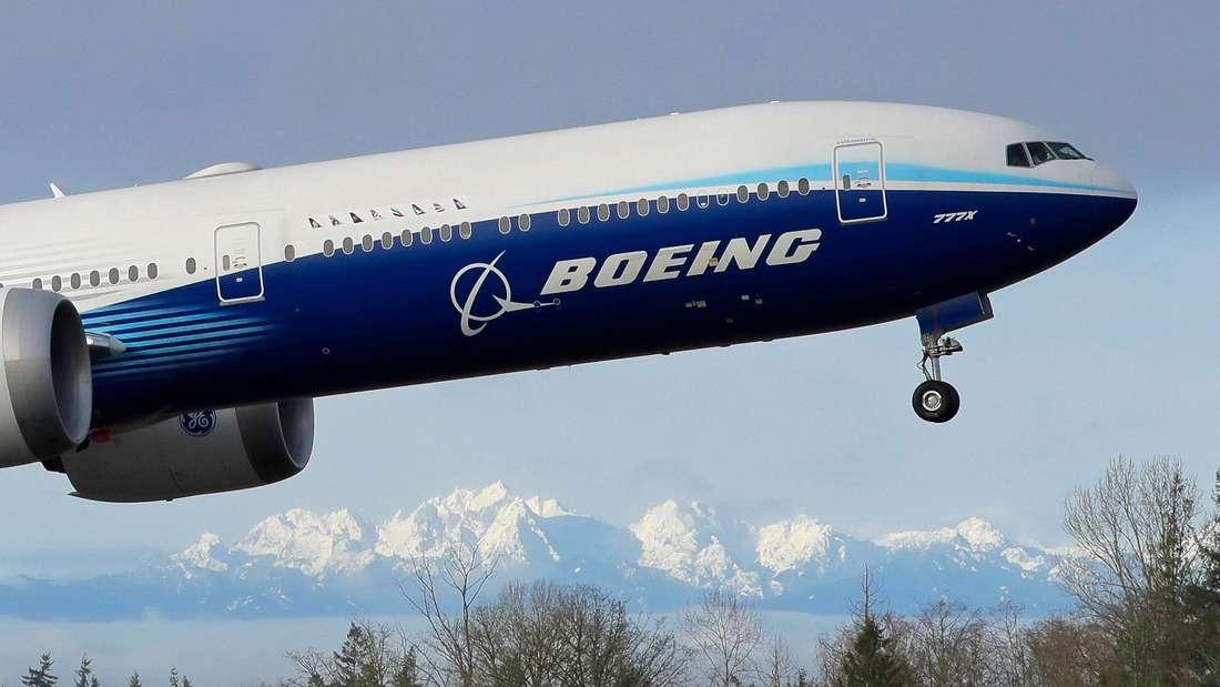 Eine Passagiermaschine des Herstellers Boeing kurz nach dem Start.