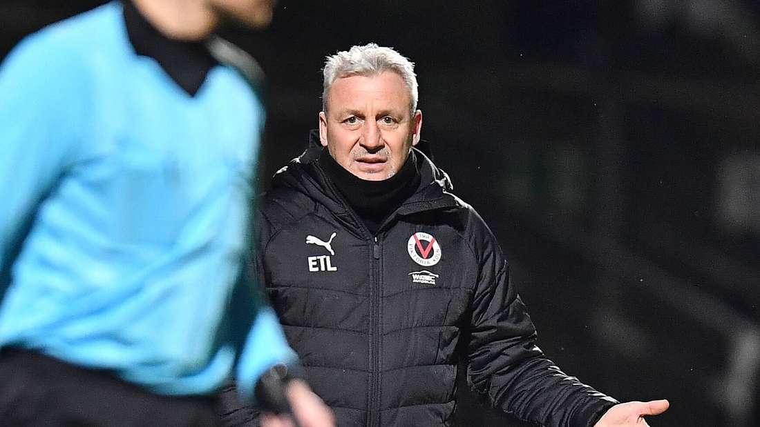 Kölns Trainer Pavel Dotchev beschwert sich beim Schiedsrichter-Assistenten.