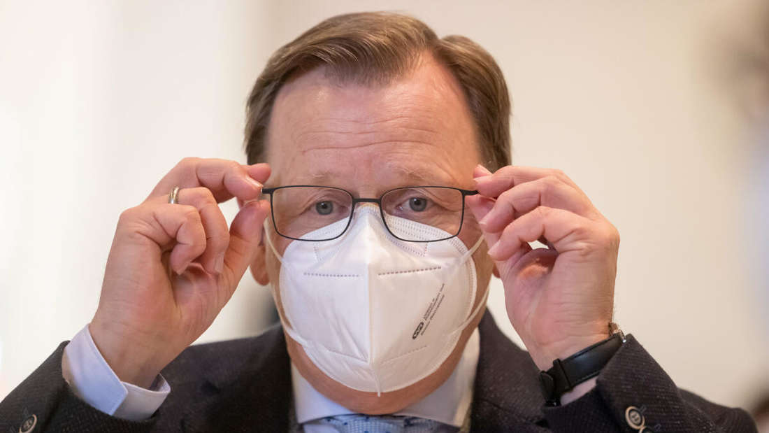 Bodo Ramelow (Linke), Thüringens Ministerpräsident, setzt seine Maske auf.