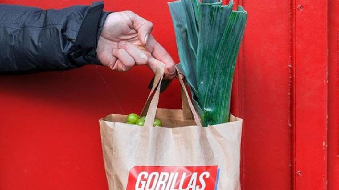 Eine Tüte mit Gorillas-Logo ist gefüllt mit Lebensmitteln.