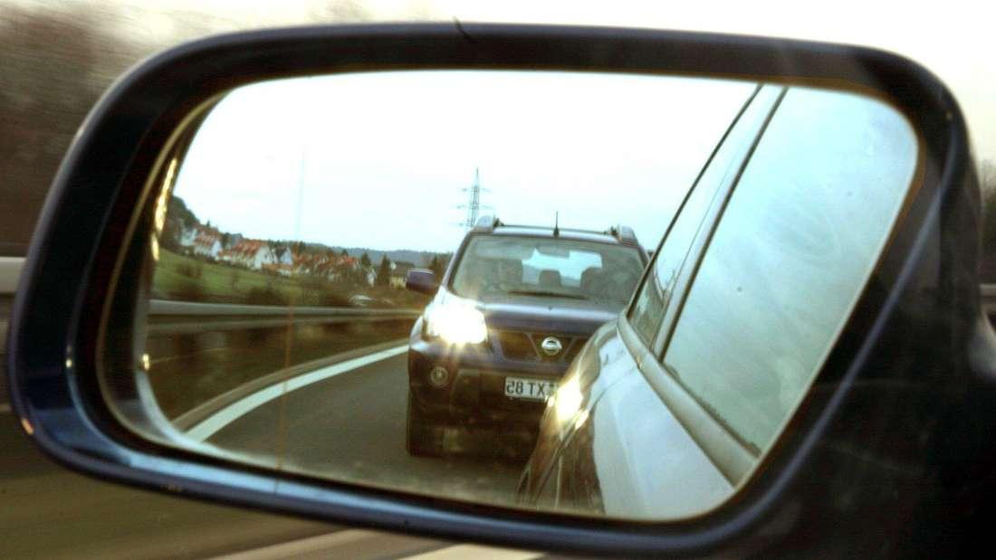 Der hintere PKW fordert per Lichthupe den Vordermann auf, schneller zu fahren.