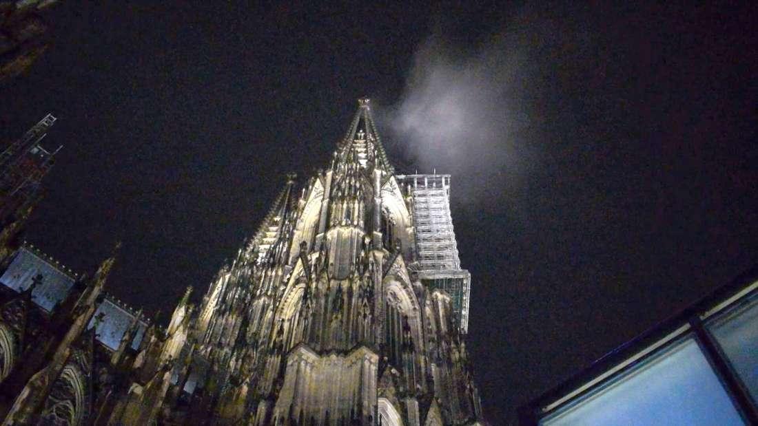 Eine Wolke ist über dem Kölner Dom zu sehen.