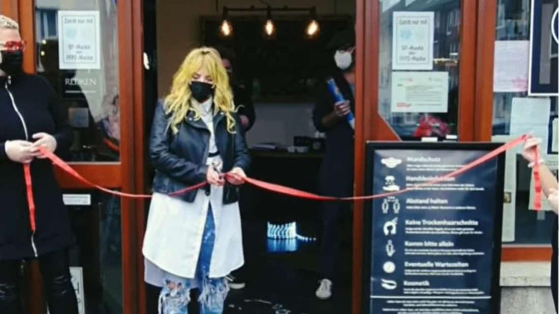 Bianka Bergler und ihre Angestellten feiern die Wiedereröffnung ihres Friseurladens in Dortmund.
