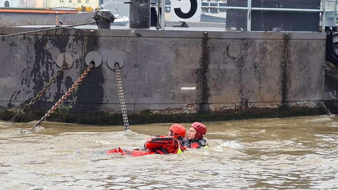 Zwei Einsatzkräfte der Feuerwehr Köln probten die Strömungsrettung unter Hochwasserbedingungen.