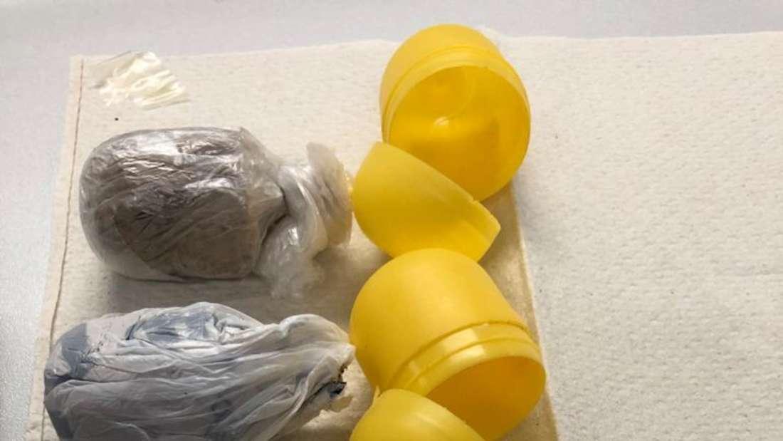 Zwei gelbe Plastikeier mit Drogen als Inhalt.