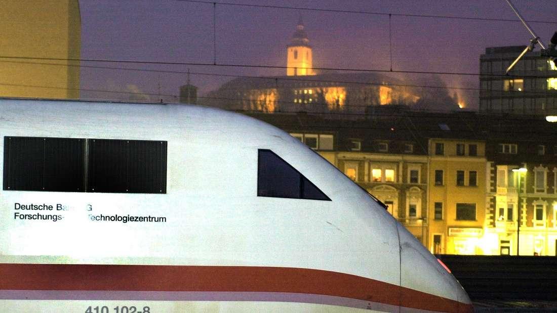 ICE fährt durch den Bahnhof Siegburg. Im Hintergrund die Abtei Michaelsberg