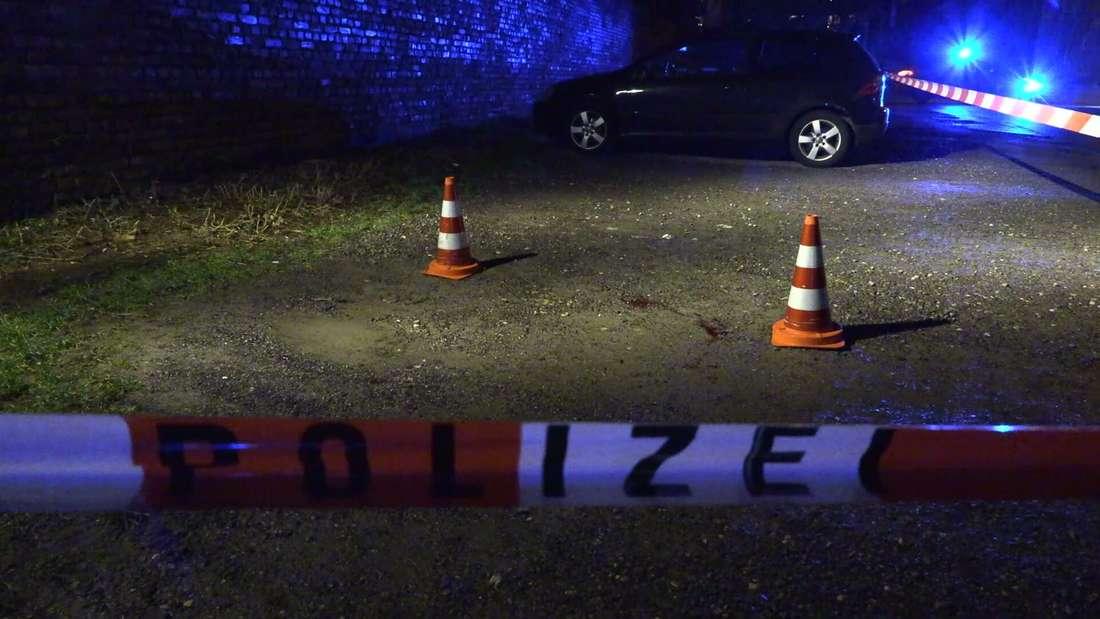 Der Tatort ist von der Polizei mit Flatterband abgesperrt worden.