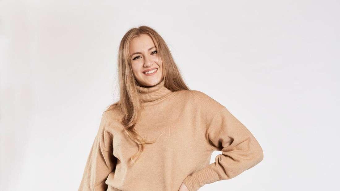 """""""Germanys Next Topmodel""""-Kanidatin Dascha aus Solingen posiert vor der Kamera und stützt ihren linken Arm in die Hüfte."""