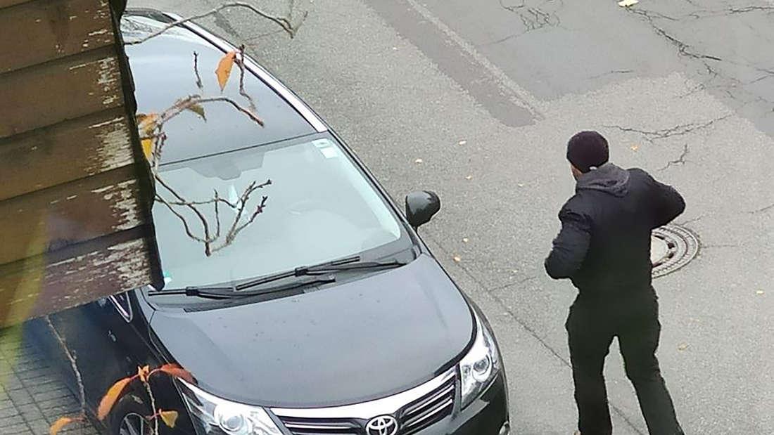 Ein Tätverdächtiger des Einbruchs ins Zollamt Emmerich geht zu seinem Auto.