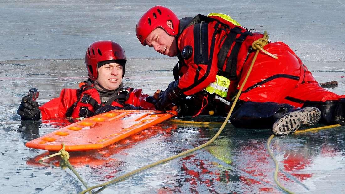 Feuerwehrleute üben am Aachener Weiher die Eisrettung.
