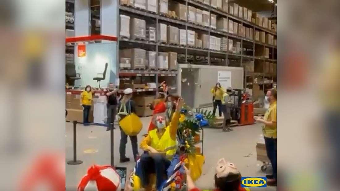 Die Mitarbeiter des Ikea am Butzweilerhof in Köln veranstalteten ihren eigenen Rosenmontagszug.